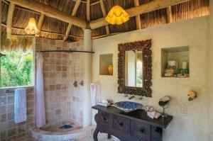 amor-boutique-hotel-de-amor-bathroom-luxury-vacation-rental