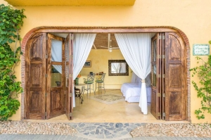 amor-boutique-hotel-la-playa-beautiful-wood-doors-hotel-room-sayulita