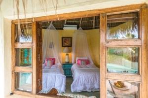 amor-boutique-hotel-las-palmas-bedroom-wood-windows
