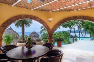 amor-boutique-hotel-las-palmas-outdoor-dining-ocean-view