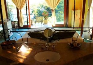amor-boutique-hotel-primer-beso-oceanview-bathroom