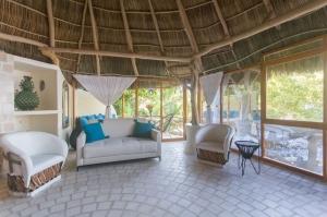 2-amor-boutique-hotel-in-sayulita-la-costa-coach-white-chairs