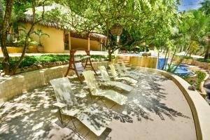 amor-boutique-hotel-in-sayulita-resort-pool-mexican-camastros
