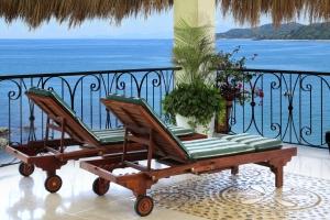amor-boutique-hotel-sayulita-villa-bonita-beach-chairs-oceanfront