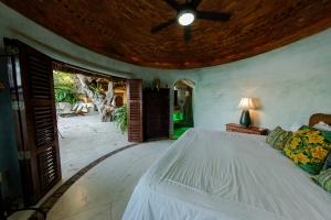 amor-boutique-hotel-villas-sayulita-villa-arboles-second-bedroom-doors